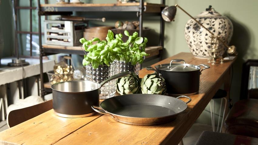 houten lange smalle tafel in keuken
