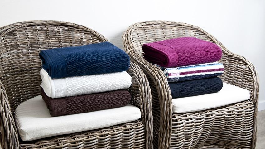 rotan schommelstoelen met kussens en handdoeken