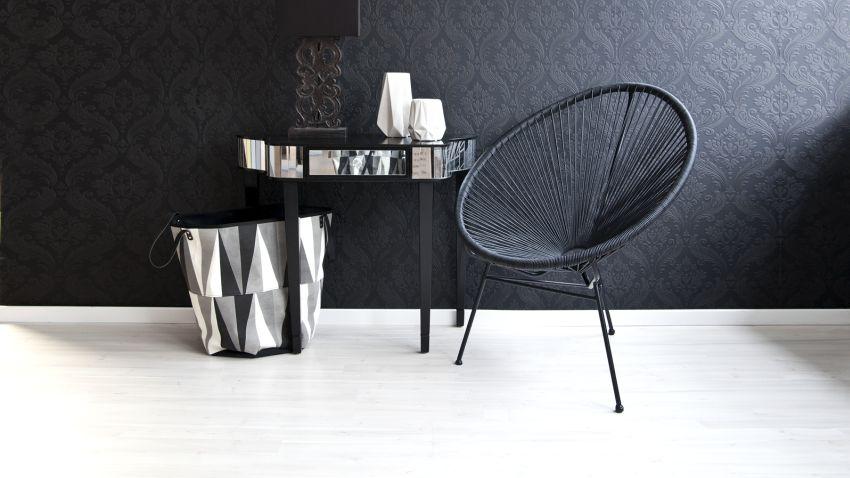zwart relief behang zwarte stoel