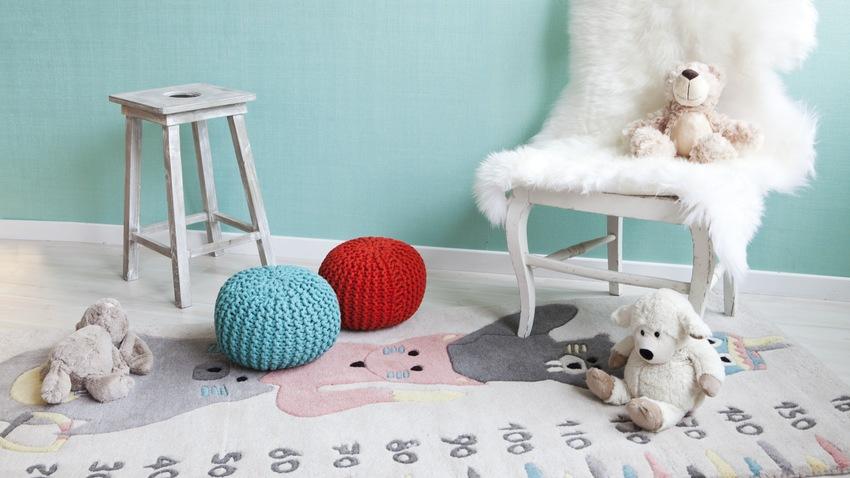 rotan kinderstoel met witte schapenvacht