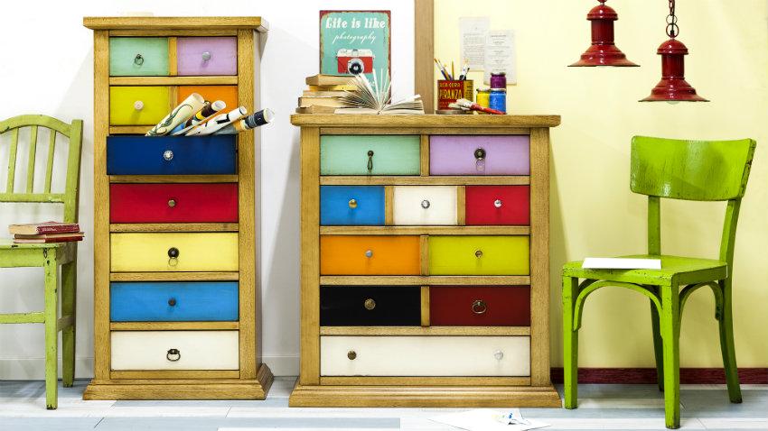smalle kast met lades in verschillende kleuren