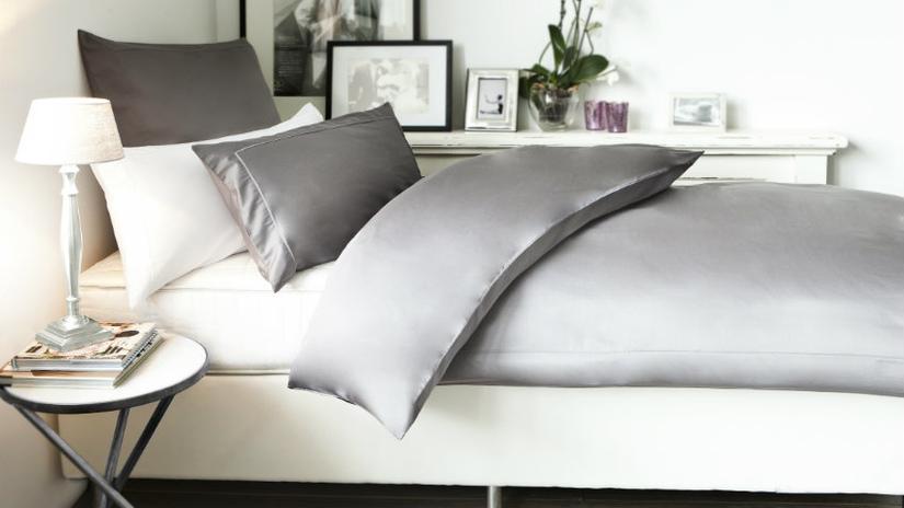 Luxe beddengoed grijs satijnen overtrek klassieke stijl wit