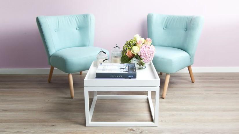 Salontafel wit hout mintgroene stoelen vaas boek klassieke stijl