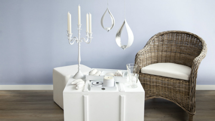 Salontafel wit hout klassieke stijl kandelaar zilver kist rieten stoel