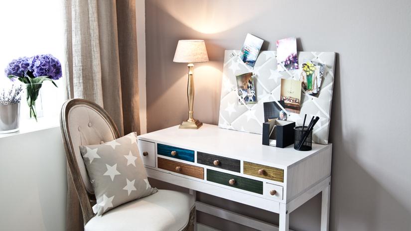 wit bureau met lades in veel kleuren