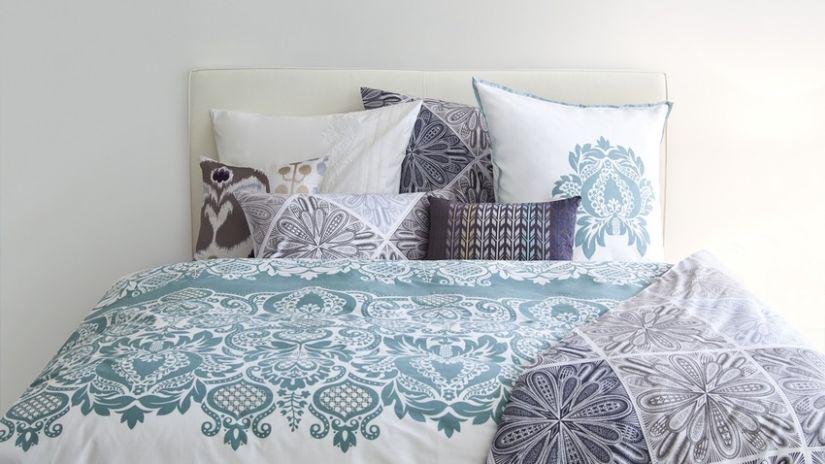 blauw-wit dekbed 240x200 in lichte slaapkamer