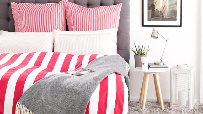 fleece deken met mouwen op roodwit dekbed