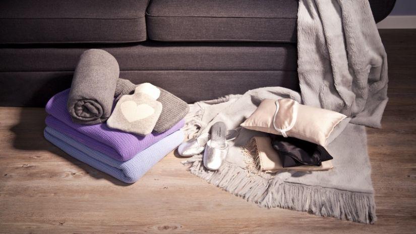 paars fleece deken met mouwen opgerold met
