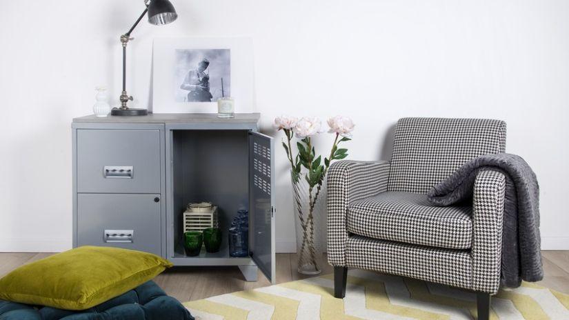 fleece deken met mouwen over grijze fauteuil