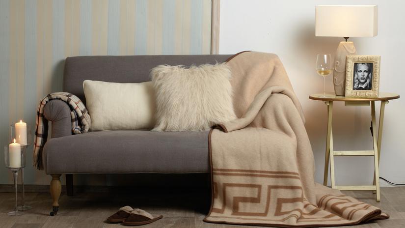 fleece plaid en kussens op landelijke bank