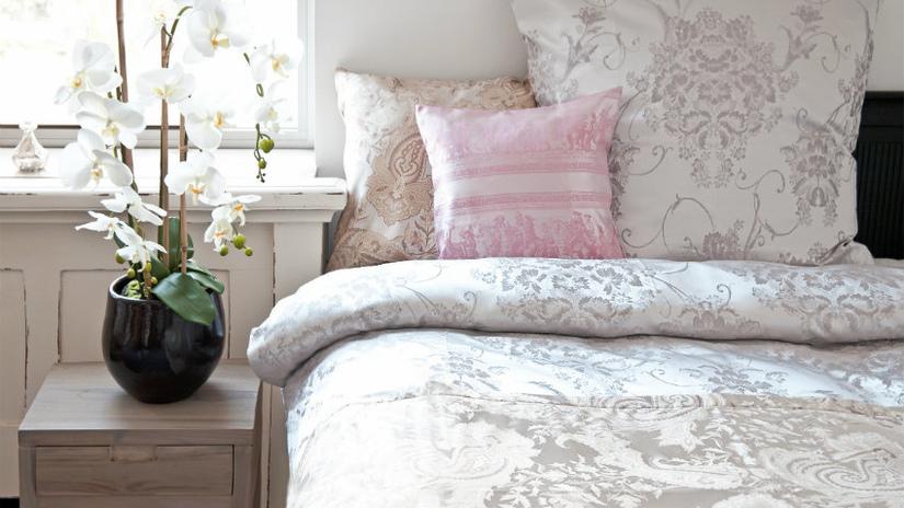 wit kanten dekbedovertrek met roze kussen