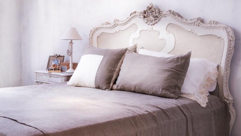 roze kanten dekbedovertrek op shabby chic bed