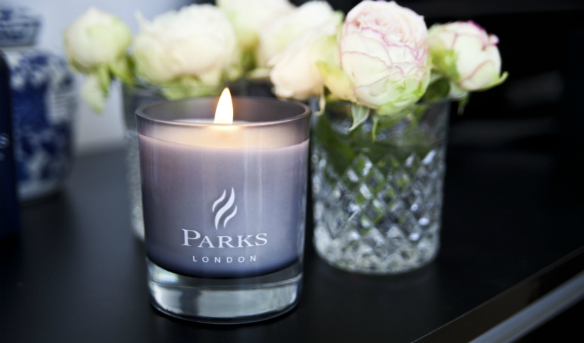 paarse kaarsen glas kristal witte rozen lavendelkleur