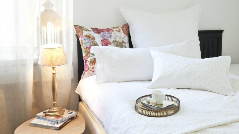 Perkal dekbedovertrek slaapkamer wit lampje dienblad kussen