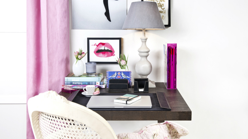 roze bureau decoreren accessoires kleur romantisch