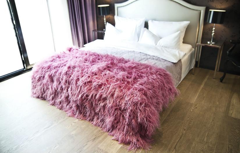 roze plaid chique glamour interieur stijl oudroze slaapkamer