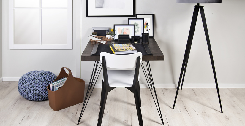 stalen bureau moderne woonstijl zwart wit fotolijsten