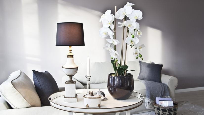 witte vintage bijzettafel met lamp en donkere vaas