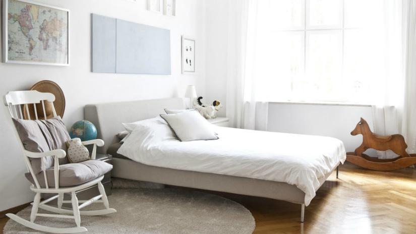 Wit dekbedovertrek lits jumeaux strak modern interieur hobbelpaard
