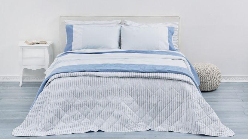 dekbedovertrek lichtblauw in lichte brocante slaapkamer