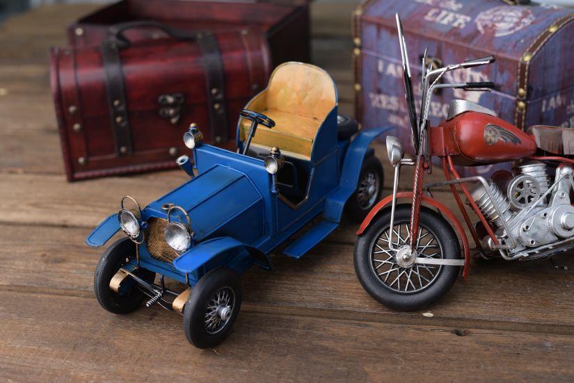 houten garage blauwe retro speelgoedauto en -motor