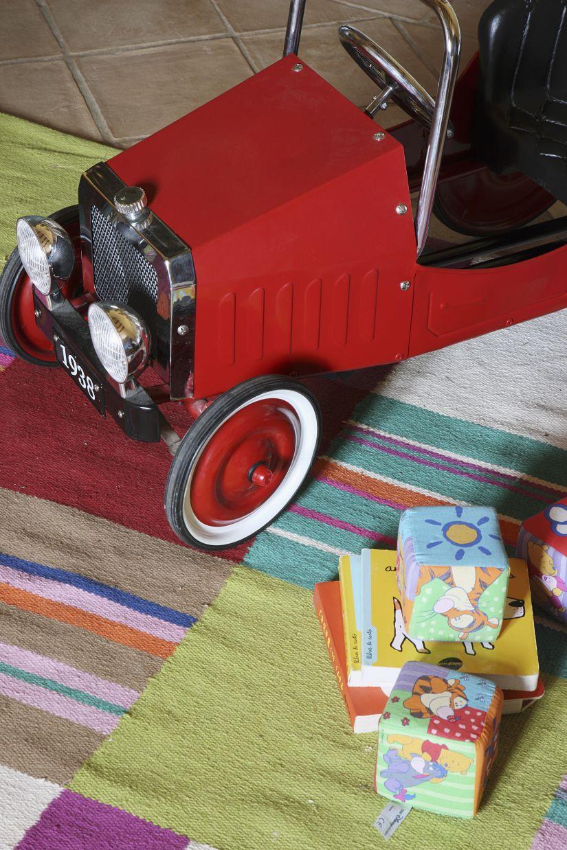 houten garage rode retro speelgoedauto op speelkleed