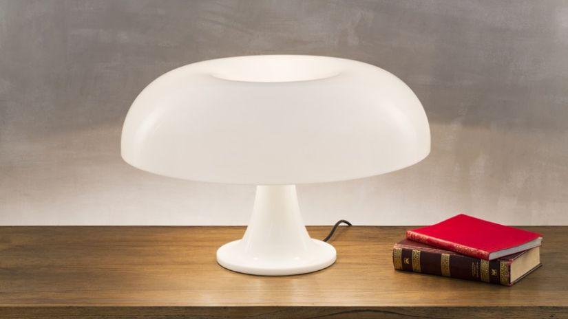 retro tafellamp wit kunststof op bruine bijzettafel