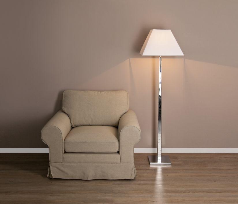 vloerlamp wit naast landelijke beige fauteuil