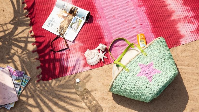 zomerdeken strandlaken strandtas schelpen magazine zand