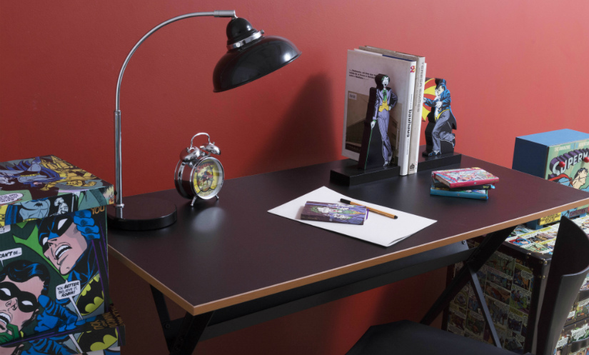zwart bureau stripboek lamp boeken klok pen