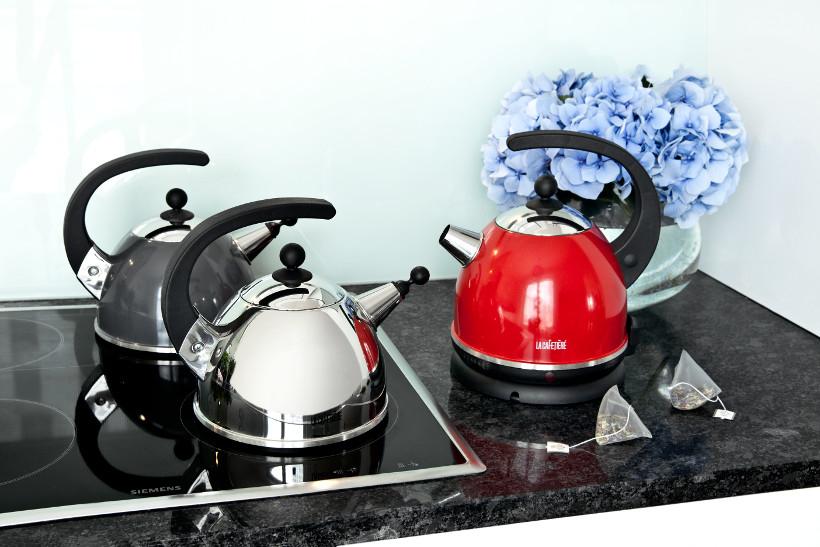 czajniki różnych rodzajów, w tym czajnik elektryczny