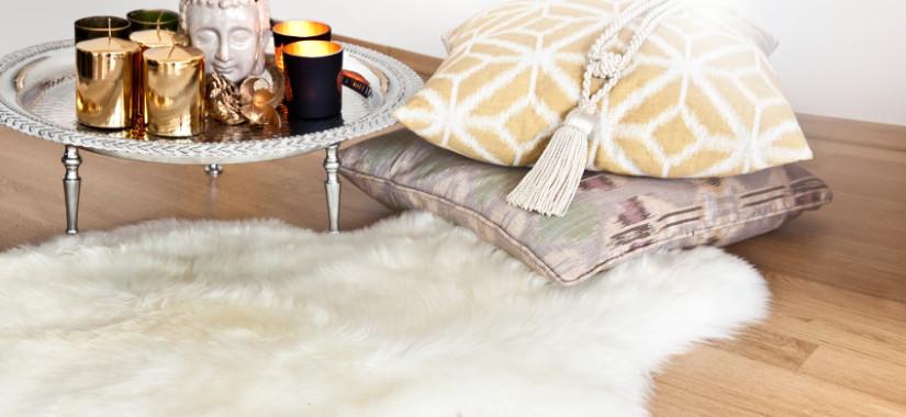 skóra owcza na dywanie