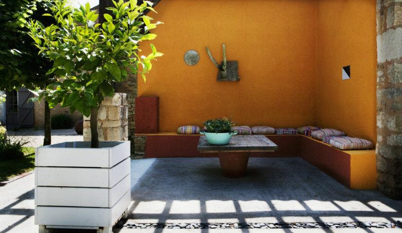 ogród minimalistyczny w spokojnych kolorach