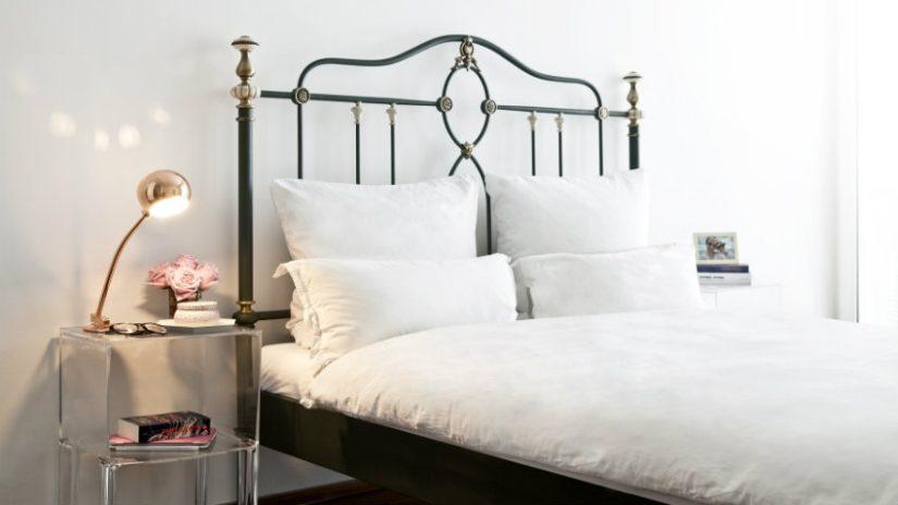 łóżko kute w sypialni