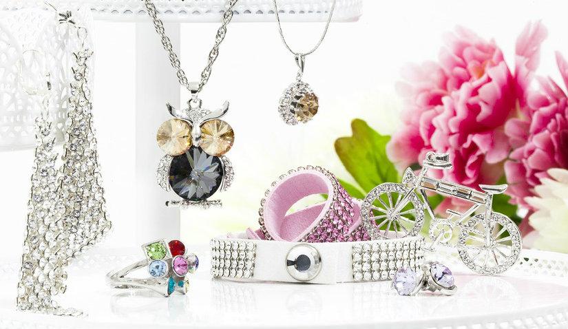 Ażurowy stojak na biżuterię