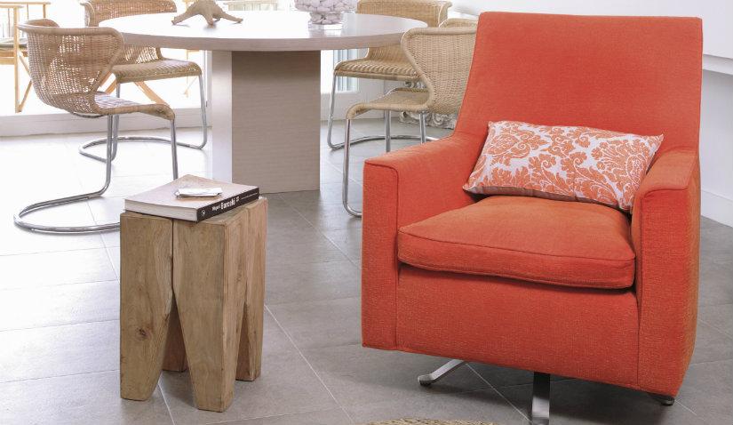 Fotel klubowy z pomarańczowym obiciem