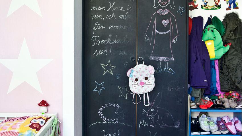 mały pokój dziecięcy: pojemne szafy dla dzieci