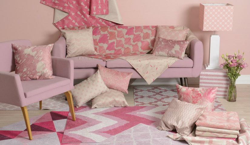 Różowy dywan w nowoczesnym wnętrzu