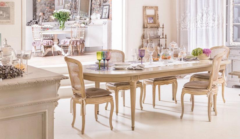 Stół prowansalski w eleganckim salonie