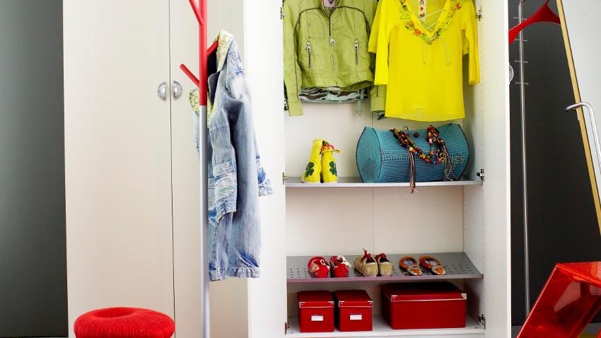 wieszak stojący na ubrania w kolorowej aranżacji w stylu scandi