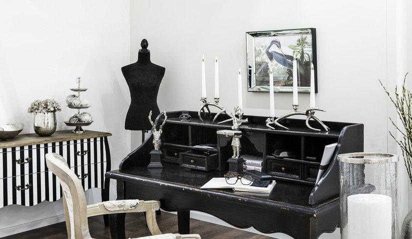 czarne biurko w salonie