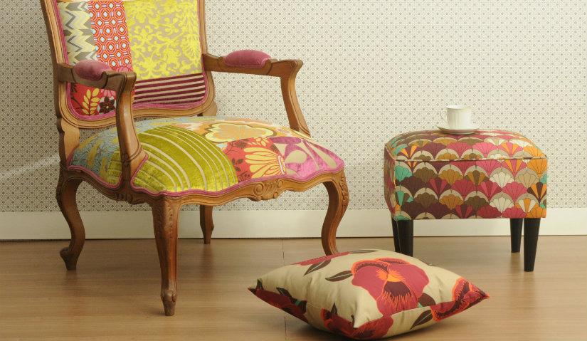 Kolorowy fotel z podnóżkiem