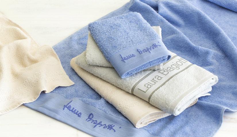 niebieskie ręczniki z haftem