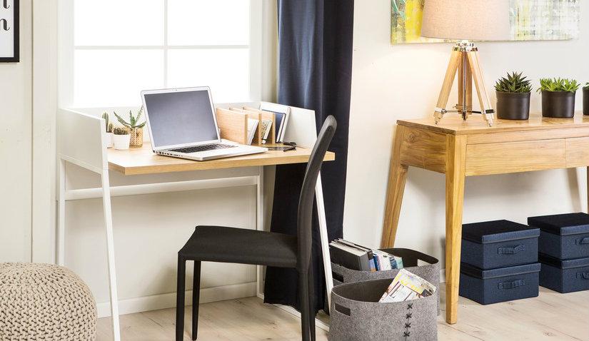 składane biurko w salonie