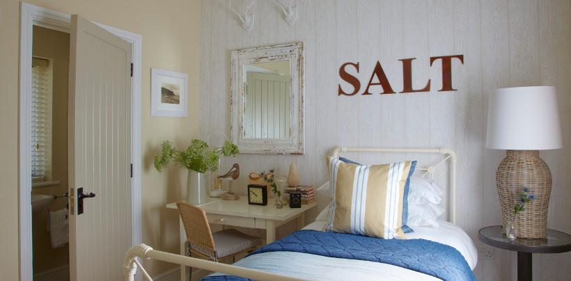 lustro w białej ramie z drewna w sypialni