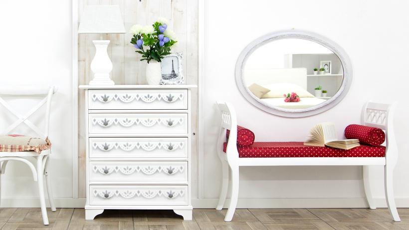 lustro w białej ramie w przedpokoju nad ławką