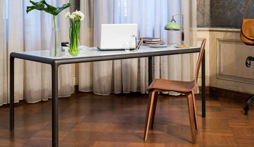 masywny metalowy stolik