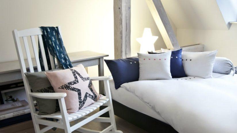 Sypialnia na poddaszu w stylu marynistycznym