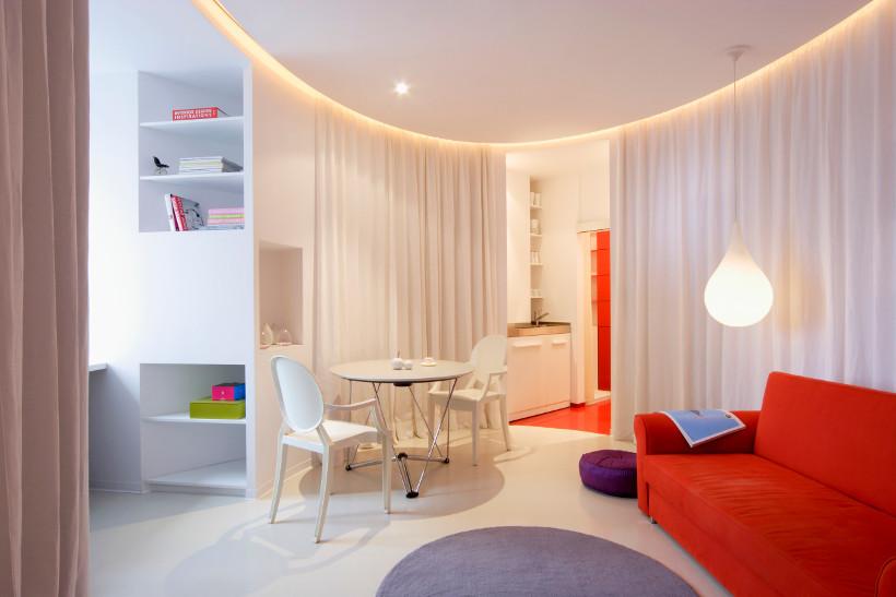 tapczan młodzieżowy czerwony w  nowoczesnym pokoju