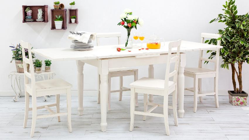 Biały salon z kuchnią w stylu prowansalskim